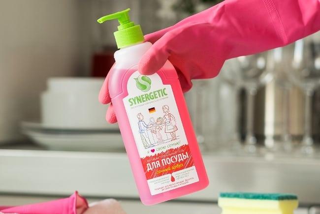 По отзывам, жидкое мыло и гель для посуды «Синергетик» пенятся умеренно, поэтому зачастую приходится добавлять