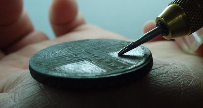 Прежде всего, это старинные ценные монеты, чистка которых может лишить их ценности