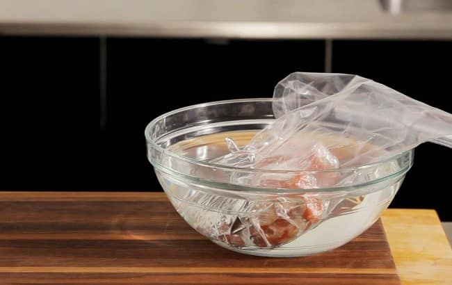 При контакте с водой процесс оттайки проходит в 2,5–3 раза быстрее, чем в холодильнике
