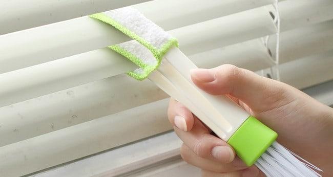 Приспособления для очищения жалюзи выпускаются в виде щеток или щипцов с 3–6 зубцами