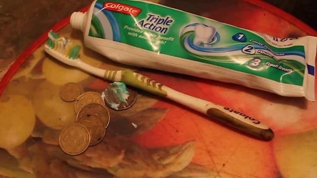 Проведите чистку гроша зубной пастой