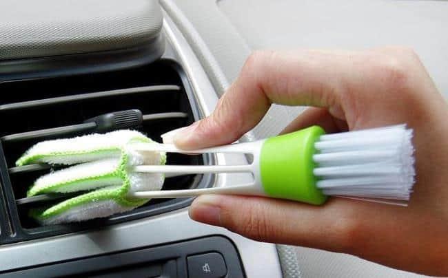 Щеткой также можно вытереть пыль с жалюзей в авто
