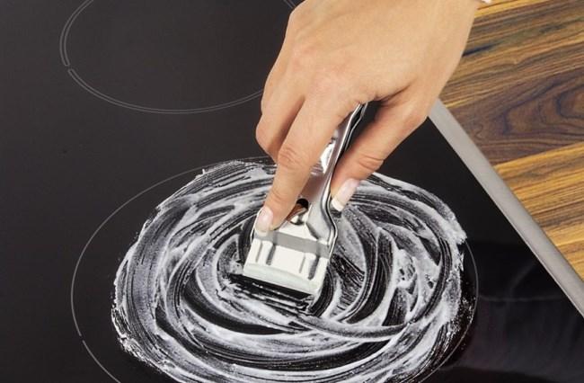 Скребок для стеклокерамики не оставляет после своей работы следов