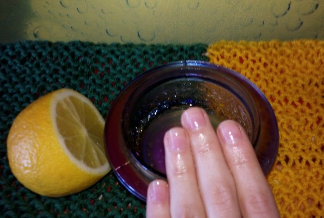 В зависимости от площади загрязнения, возьмите дольку или половинку цитруса, ототрите пятна с кожи