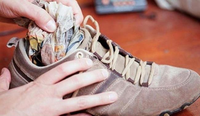 Чтобы обувь не деформировались, поместите вовнутрь бумагу или газету, смятую в комок