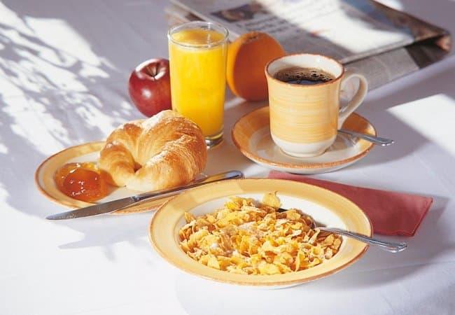 Для домашнего завтрака в тесном кругу семьи выкладывать все приборы не обязательно