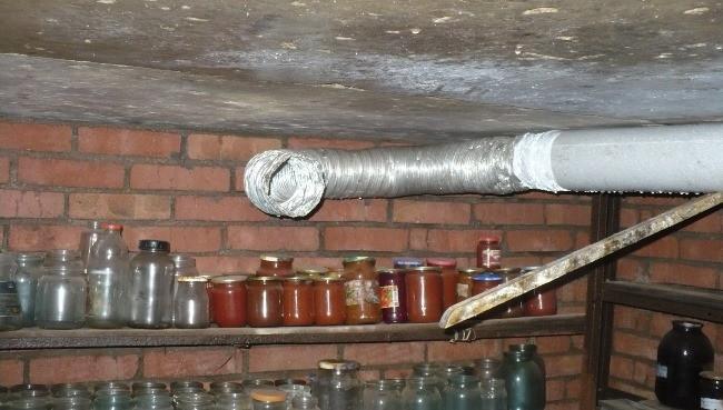Для контроля микроклимата в подвальных помещениях проведите вентиляцию