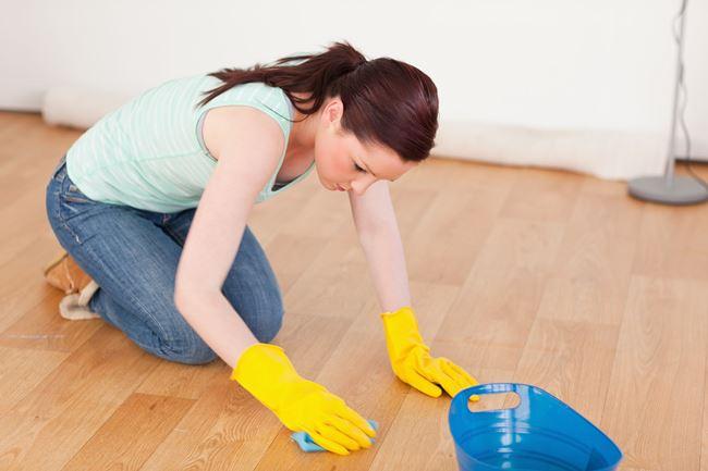 Добавьте отвар полыни в ведро с водой и вымойте полы
