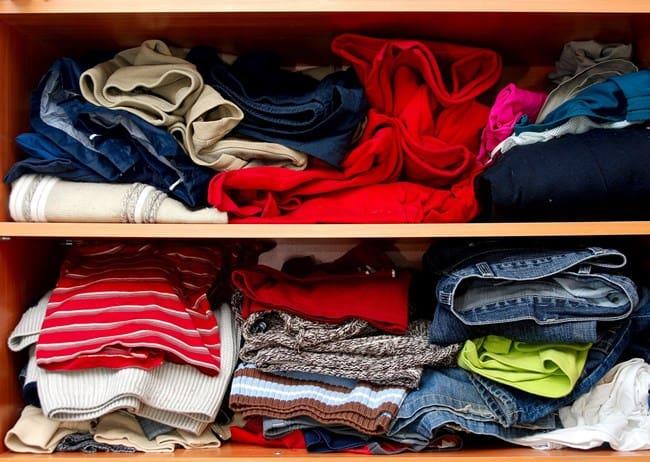 Долго не одевавшаяся одежда будет источать неприятный запах