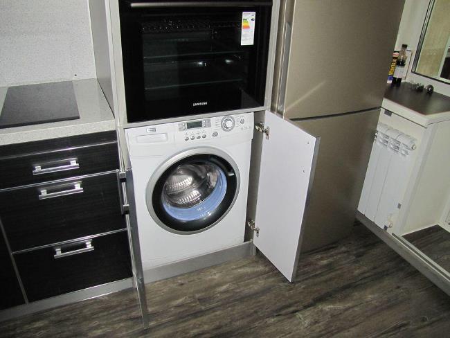 Если купленный агрегат будет встраиваться в гарнитур с навесной дверцей, то цвет и дизайн уже не принципиальны