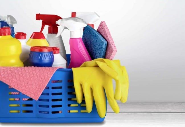 Инвентарь для уборки храните в специальном контейнере, тележке, широком тазу или большом ведре с крышкой