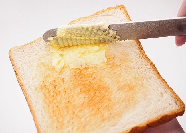Лезвие легко расплавит масло и поможет нанести его на бутерброд тонким, ровным слоем