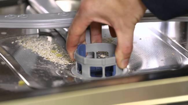 Перед основной чисткой, вычистите фильтр и смойте со стенок остатки пищи