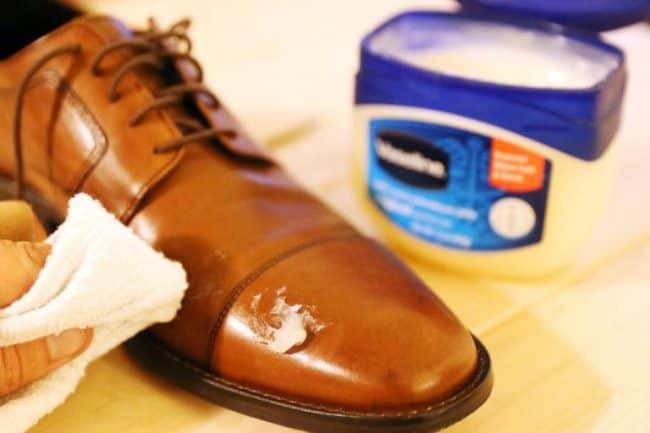 Перед прогулкой можете смазывать кожаную обувь жирным кремом или вазелином