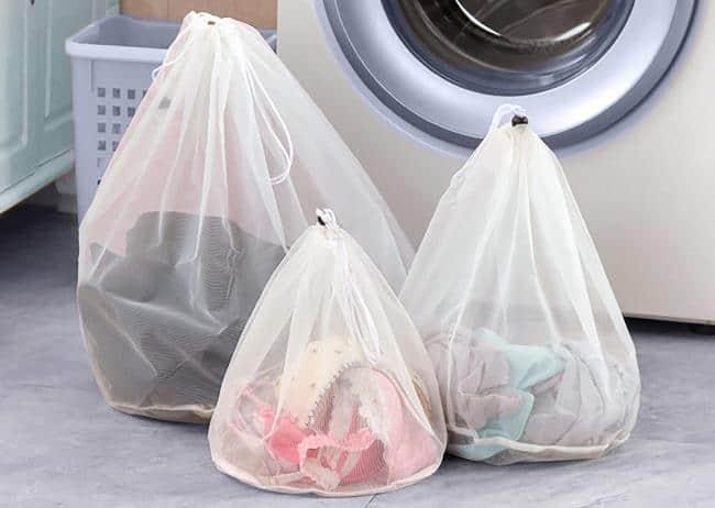 Перед закладкой в барабан рекомендуется поместить одежду в специальные мешки или чехлы для стирки