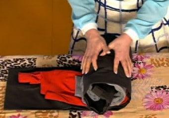 Скрутите две вещи в виде рулета, где роль начинки играет полотенце.
