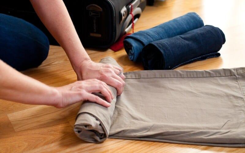 Скрутка — не менее эффективный способ сложить джинсы