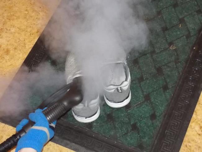 Следите, чтобы поверхность обуви была слегка влажной, но никак не мокрой