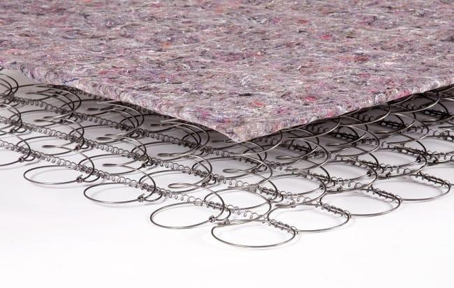 Сверху стальные прутья закрываются мягким чехлом, на который садится или ложится человек