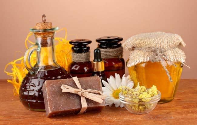 В мыло добавляют мед, корицу, сливки, глицерин для смягчения и создания приятного аромата