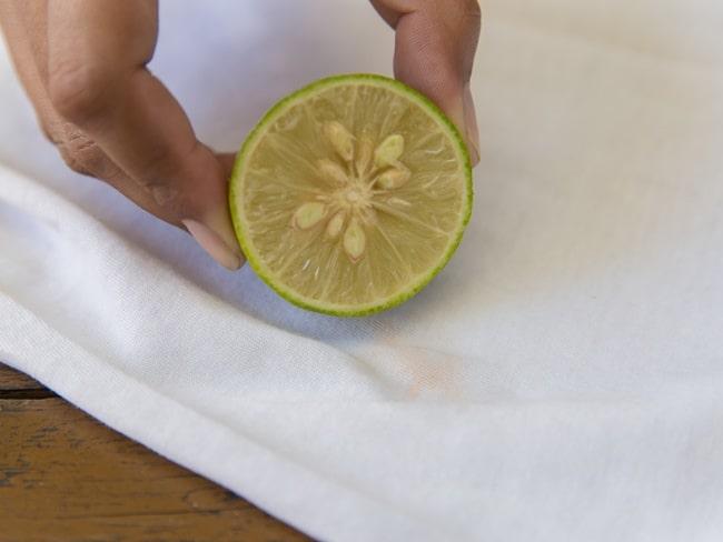Выводит йодные кляксы лимонный сок, который можно заменять лимонной кислотой