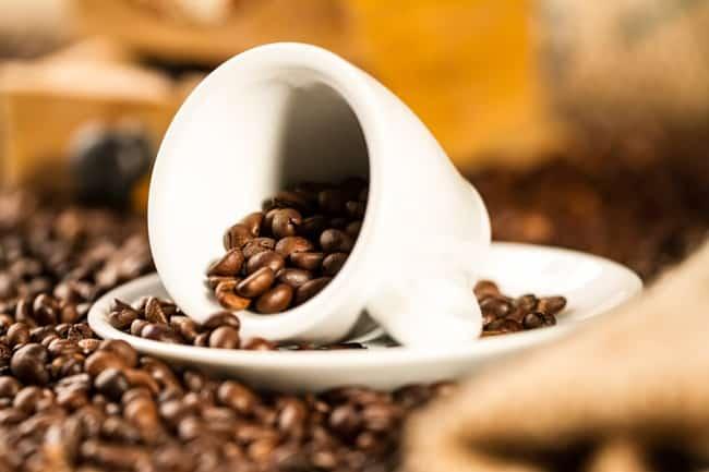Зерна кофе прекрасно нейтрализируют неприятный запах