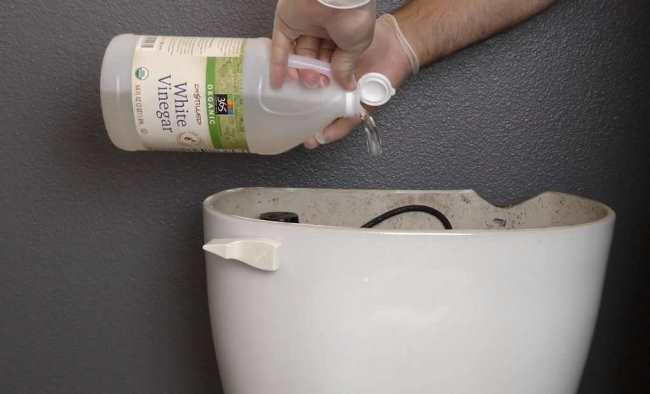 Для очистки бачка залейте уксус внутрь