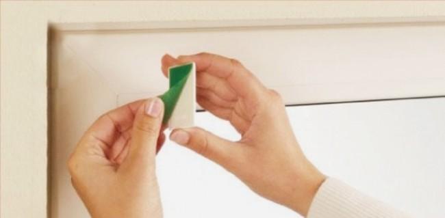 Если не хотите просверливать оконную раму, воспользуйтесь специальным клеем или клейкой лентой