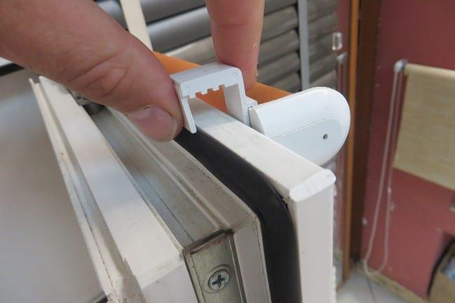 Кронштейны-скобы или крючки из пластика установите на верхнюю часть рамы