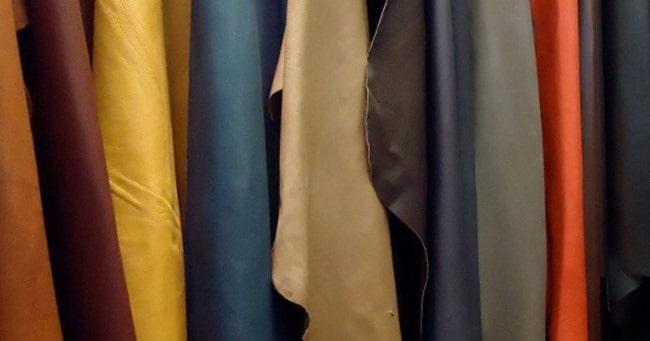 По цвету кожу от изделия из кожзаменителя не отличить, так как натуральные и искусственные вещи выпускают в разнообразной палитре