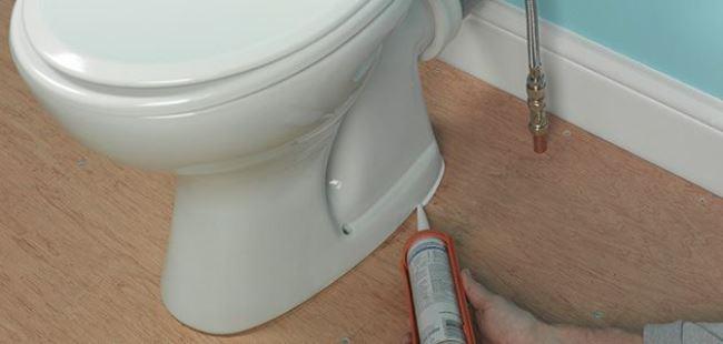 После установки унитаза, дополнительно промажьте все стыки герметиком