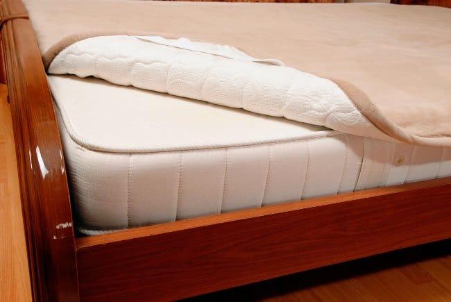 Толщина матраса должна превышать кроватный борт настолько, чтобы при вставании с кровати он не ощущался
