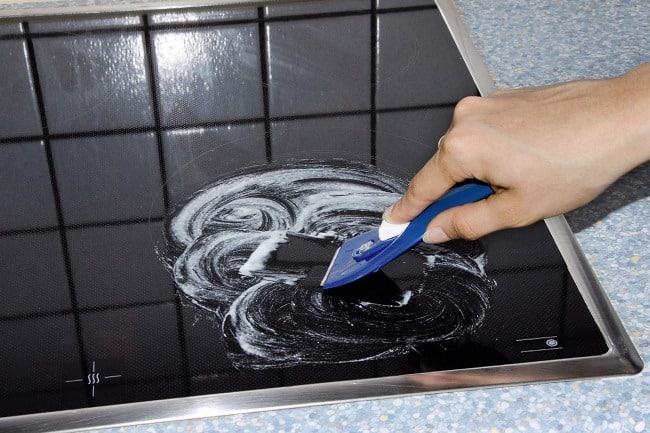 Чтобы состава хватило на дольше, им чистят мелкие предметы быта (раковины, столешницы, духовки, плитку)