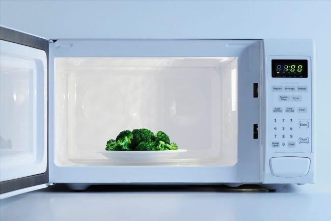 Доказано, что после обработки излучением в продуктах образуются канцерогены