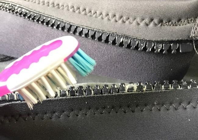 Прежде чем смазать молнию, чтобы она не заедала, прочистите ее по всей длине зубной щеткой или зубочисткой
