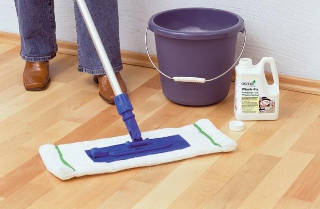 Производители рекомендуют мыть поверхность только специальными средствами, предназначенными для очистки напольного покрытия