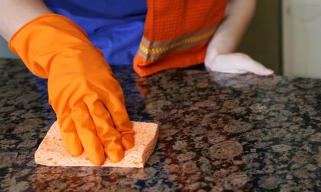 Производители указывают на универсальность средства, позиционируя его, как очиститель 3 в 1 (чистка, полировка, защита)