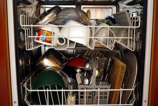 Сильно загруженная посудомойка не сможет очистить всю посуду