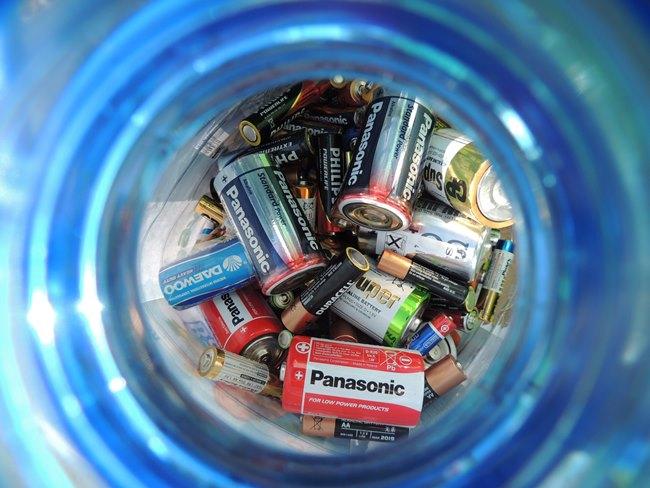 Для хранения использованных батареек подойдет пластиковая бутылка