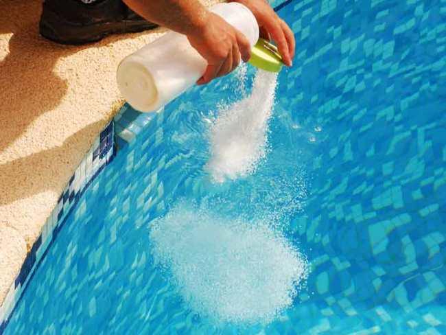 Хлоркой проводят дезинфекцию бассейнов