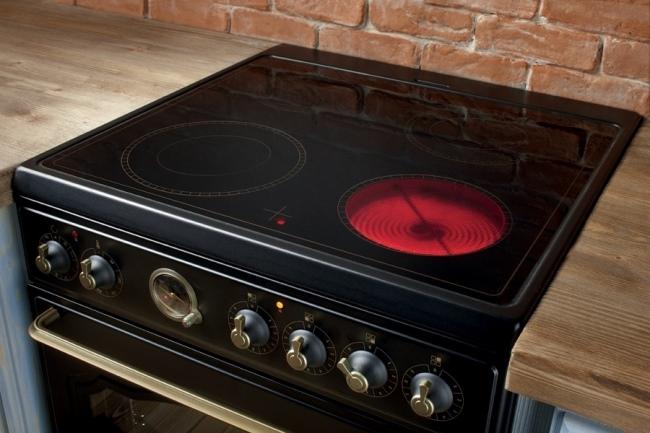 Хоть в современных плитах спирали уже прячут, но от обычных конфорочных они все равно мало чем отличаются