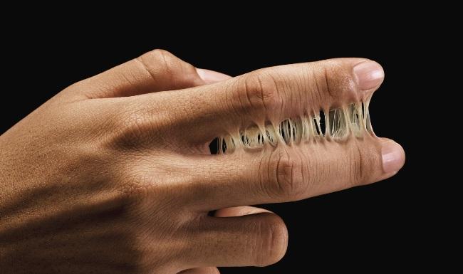 «Космофен» способен склеить не только материалы, но и пальцы