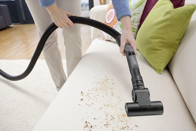 Перед чисткой, пропылесосте мебель