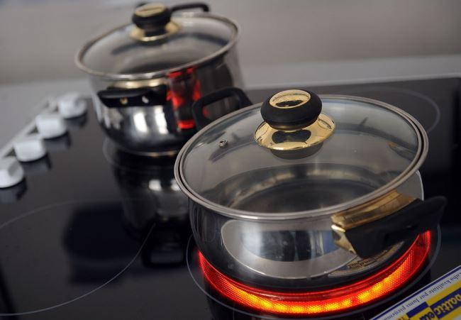 Поверхность посуды долго нагревается и также долго остывает
