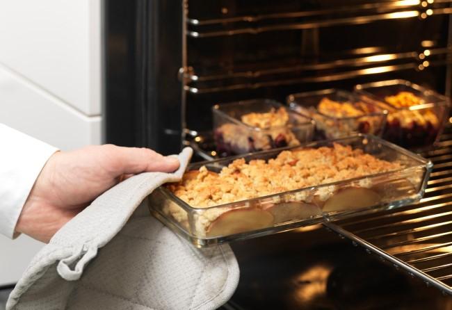 Приготовленное блюдо можно подавать на стол прямо в ней