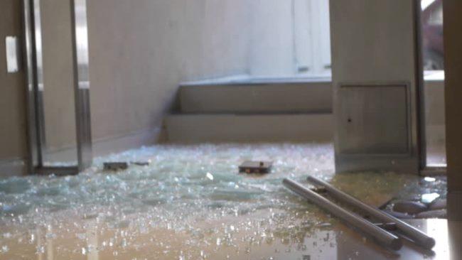 Запрещено убирать пылесосом осколки посуды, окон, зеркал и других стеклянных предметов