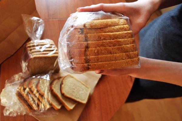 Для длительного хранения порежьте хлеб кусочками