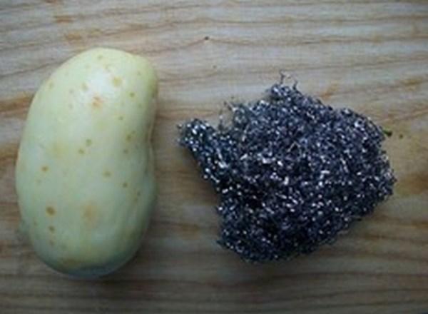 Молодую картошку можно очистить с помощью мочалки