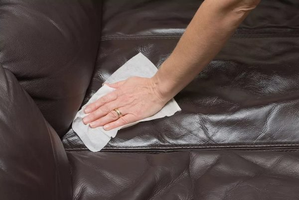 На коже всегда остаются отпечатки с которыми салфетки могут справиться
