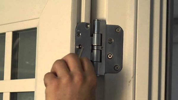 Покосившаяся дверь также может скрипеть